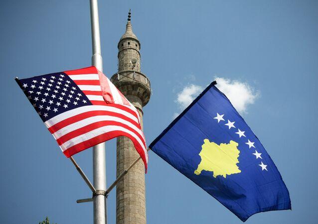 Bandeiras dos EUA e do Kosovo em Pristina, capital do Kosovo