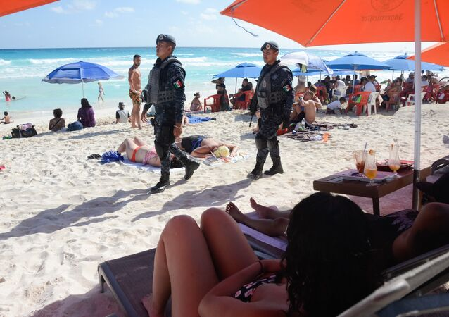 Policiais mexicanos patrulham praia de Cancún, foto de arquivo