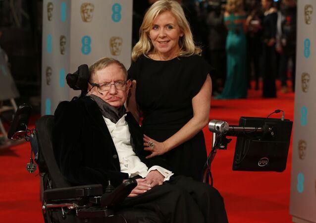 Cientista britânico Stephen Hawking no tapete vermelho da cerimônia BAFTA, British Academy Film Awards, na Royal Opera House, em Londres