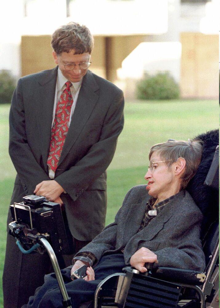 Presidente da empresa Microsoft, Bill Gates, se encontra com Stephen Hawking durante sua visita à Universidade de Cambridge
