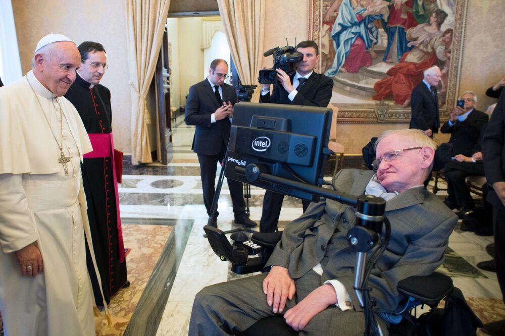 Stephen Hawking durante uma reunião com o Papa Francisco, no Vaticano