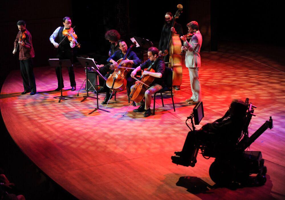 Músicos do ensemble Silk Road atuam perante Stephen Hawking (à direita) durante a cerimônia de abertura do Festival Global de Ciência 2010, em Nova York