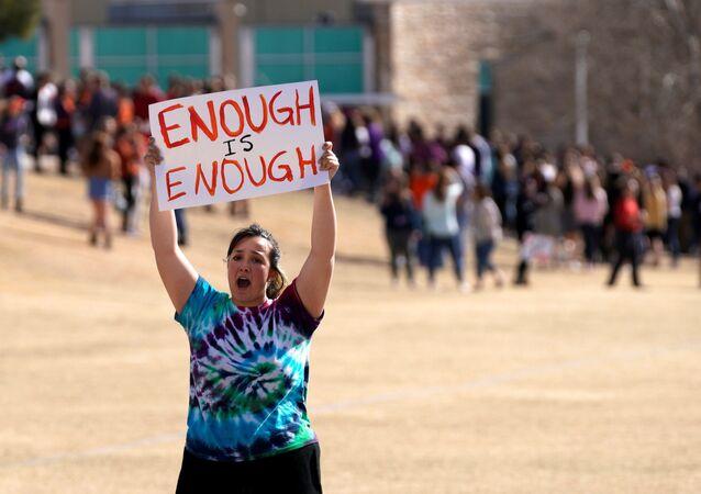 Estudante na Columbine High School em protesto durante o National Walkout Day, pelo controle de armas.