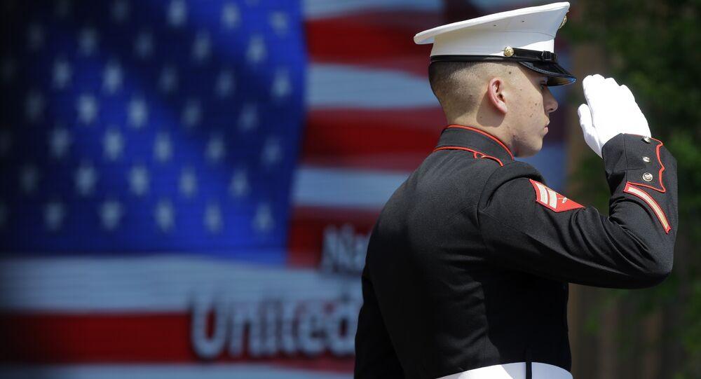 Oficial do Corpo do Marinha dos EUA durante cerimônia de hasteamento da bandeira na abertura oficial do Dia Nacional dos EUA na Itália (imagem de arquivo)