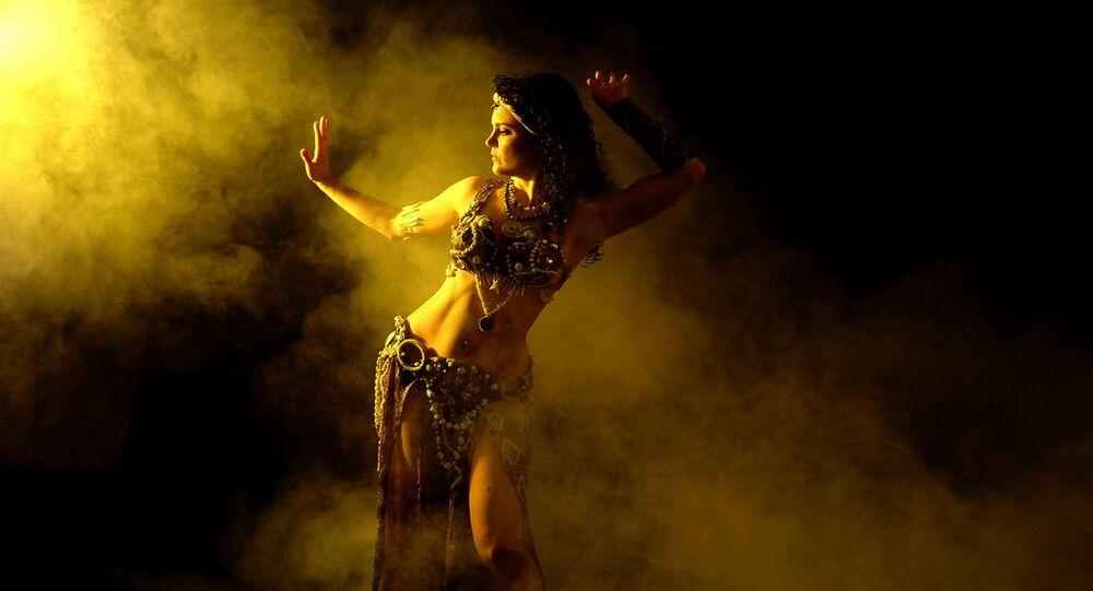 Mulher dançando em traje oriental