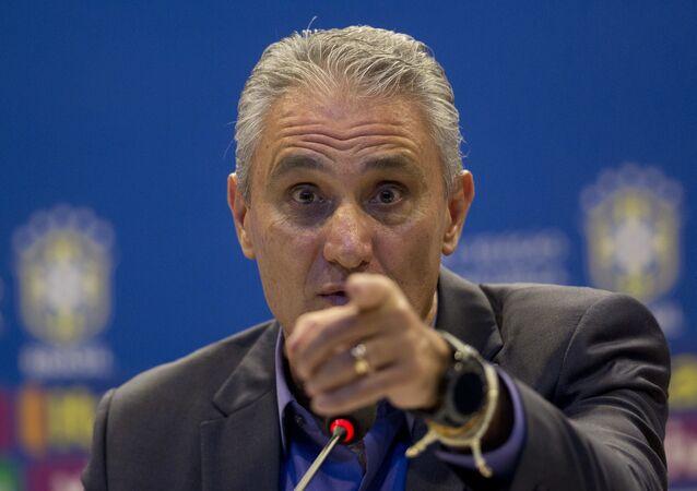 Tite, técnico da seleção brasileira, gesticula durante entrevista coletiva.