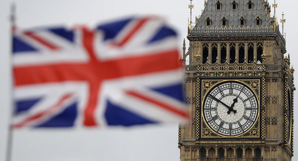 Bandeira nacional do Reino Unido com a torre Big Ben ao fundo, Londres