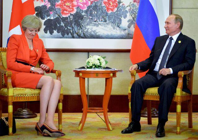 Presidente russo, Vladimir Putin, à direita, ouve a primeira-ministra britânica, Theresa May, durante encontro bilateral em Hangzhou, na China, Sunday.