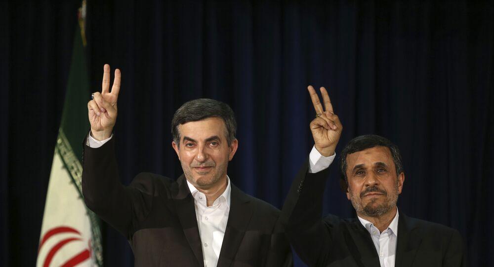 Ex-presidente do Irã, Mahmoud Ahmadinejad, à direita, e um de seus aliados mais próximos, Esfandiar Rahim Mashaei, acenam durante as eleições do Irã em 2013.