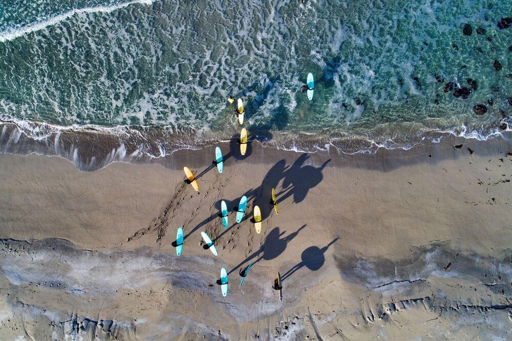 Surfistas em uma das praias das ilhas Lofoten