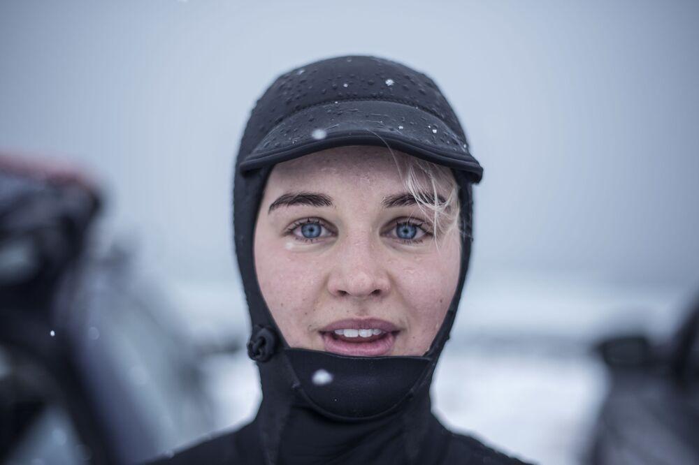 Surfista Emilie Klerud participa do ensaio de fotos