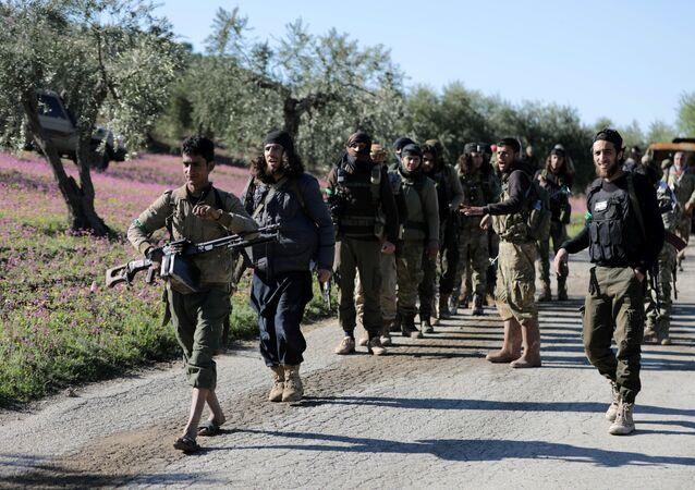 Militantes do opositor Exército Livre da Síria, apoiados pela Turquia, caminham em direção da cidade síria de Afrin, 17 de março de 2018