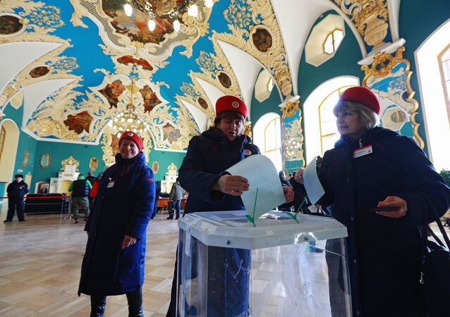 Funcionárias da companhia Ferrovias da Rússia votando nas eleições presidenciais da Rússia no edifício da Estação Kazansky, Moscou, 18 de março de 2018