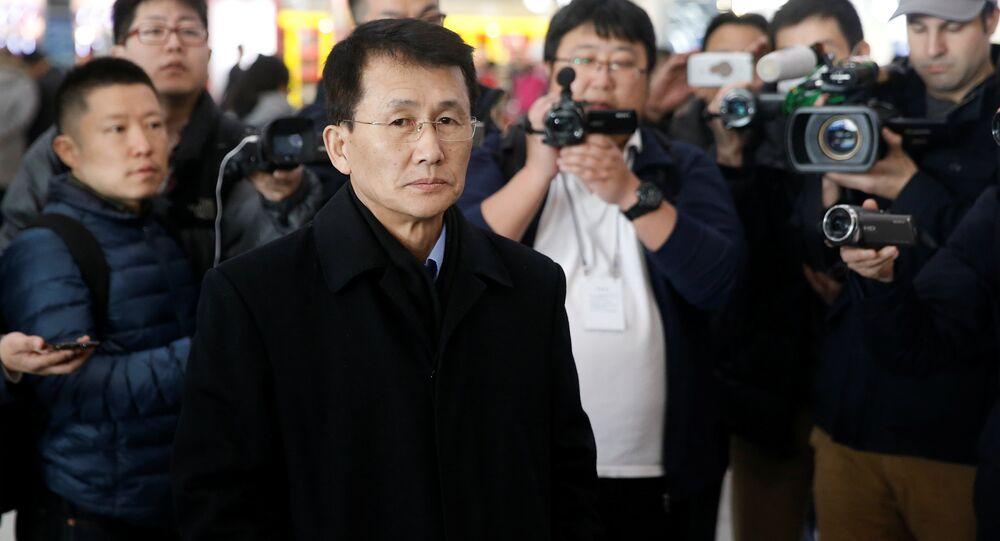 O diplomata norte-coreano Choe Kang Il espera aeroporto de Pequim para embarcar em um vôo para Helsinque em Pequim.