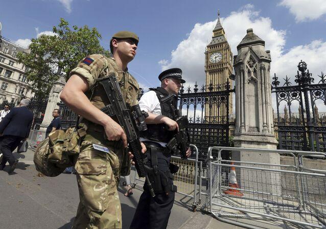 Soldado do exército e policial em Westminster, Londres