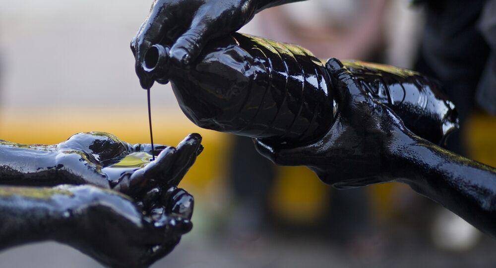 Devotos tomam banho de petróleo durante celebrações em homenagem a São Domingos de Gusmão, padroeiro da Manágua (foto de arquivo)