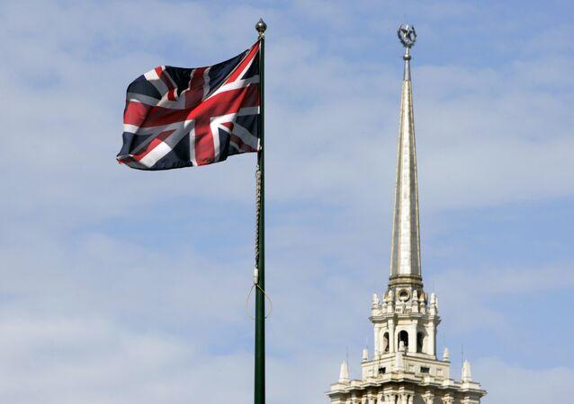 Bandeira britânica hasteada em frente à embaixada do Reino Unido em Moscou