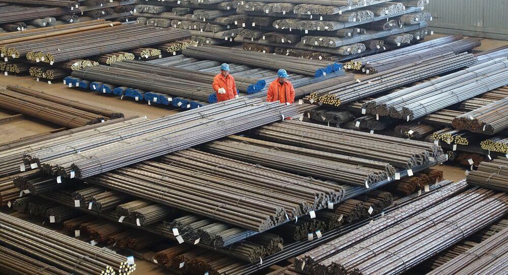 Funcionários checam produtos de aço em uma fábrica em Dalian, na província de Liaoning, China (fotos de arquivo)