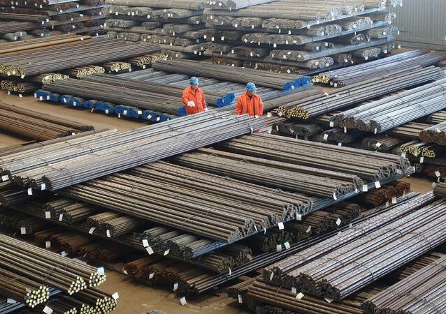 Funcionários checam produtos de aço em uma fábrica em Dalian, na província de Liaoning, China, 30 de março de 2016