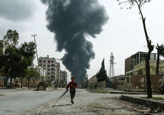 Criança correndo pela rua em Douma