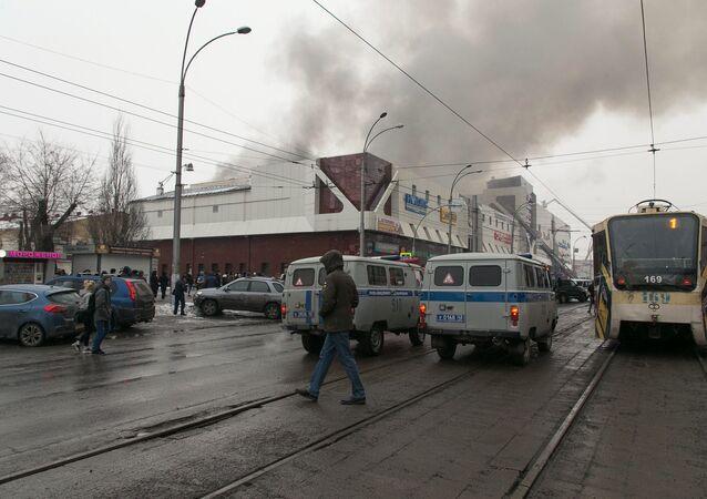 Incêndio atinge shopping Zimnyaya Vishnya ('Cereja de Inverno'), na cidade siberiana de Kemerovo.