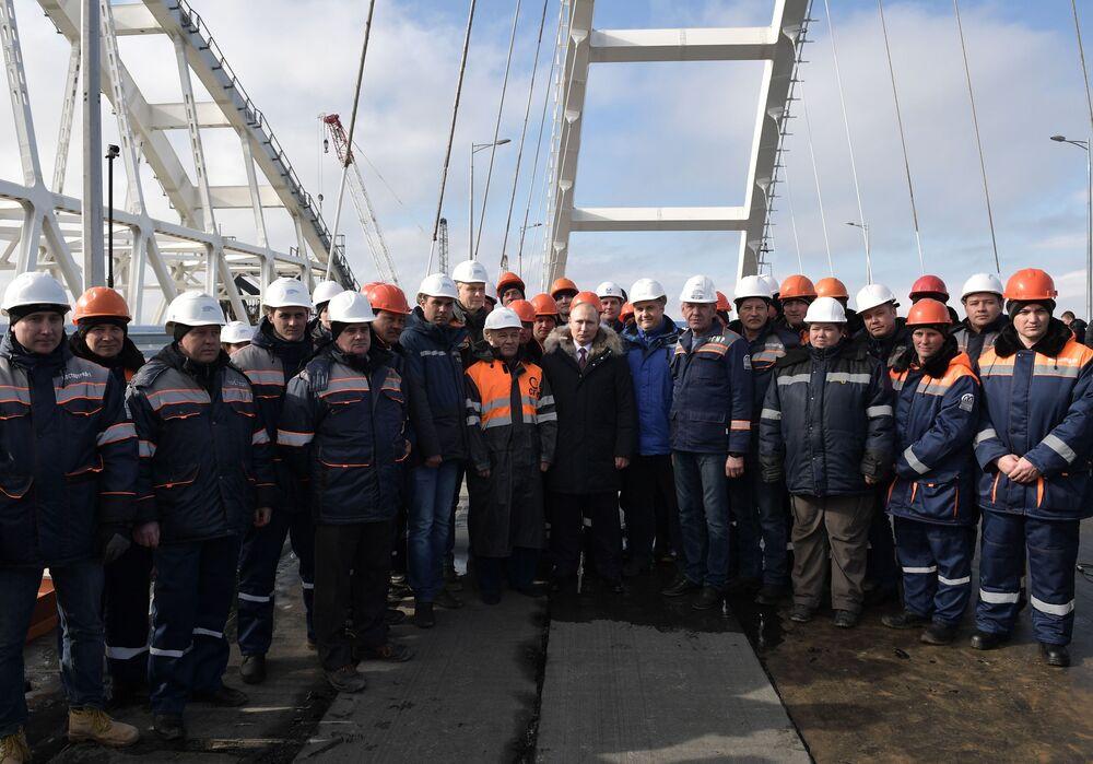 Presidente russo, Vladimir Putin, visita ponte da Crimeia