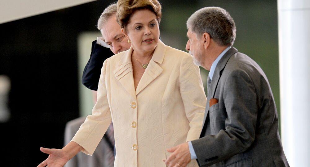 A então presidenta do Brasil, Dilma Rousseff, com seu ministro da Defesa, Celso Amorim, no Palácio do Planalto, em junho de 2014