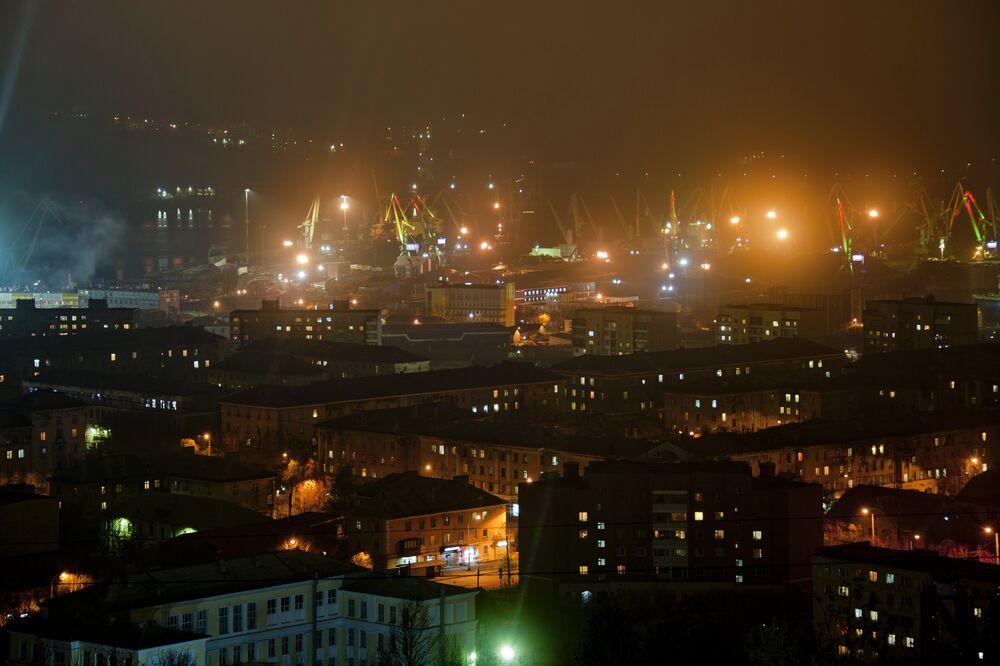 Três em cada quatro prédios da cidade de Murmansk (Rússia) foram destruídos na Segunda Guerra Mundial. A cidade foi restaurada no início dos anos 50