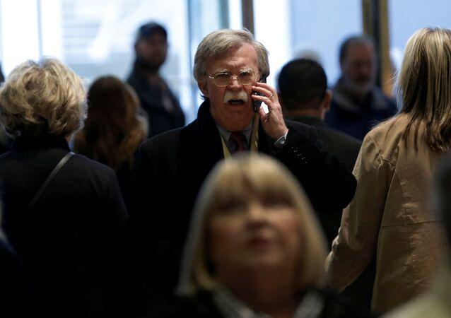 O ex-embaixador dos EUA nas Nações Unidas, John Bolton, fala em um telefone celular antes de uma reunião com o presidente eleito dos EUA, Donald Trump, na Trump Tower, em Nova York, EUA, 2 de dezembro de 2016