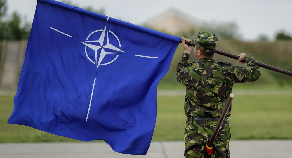 Soldado romeno com bandeira da OTAN (arquivo)