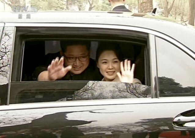 Líder da Coreia do Norte, Kim Jong-un, junto com sua esposa, Ri Sol Ju, acenam as mãos de um carro ao se despedirem do presidente chinês, Xi Jiping, e de sua esposa Peng Liyuan, em Pequim, em 28 de março de 2018