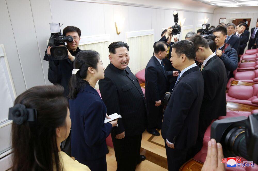 Líder da Coreia do Norte, Kim Jong-un, sorri ao efetuar sua visita não oficial a Pequim, entre 25 e 28 de março de 2018