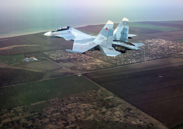 Caça multifuncional Su-30SM no concurso Aviadarts 2018 (foto tirada através do vidro)