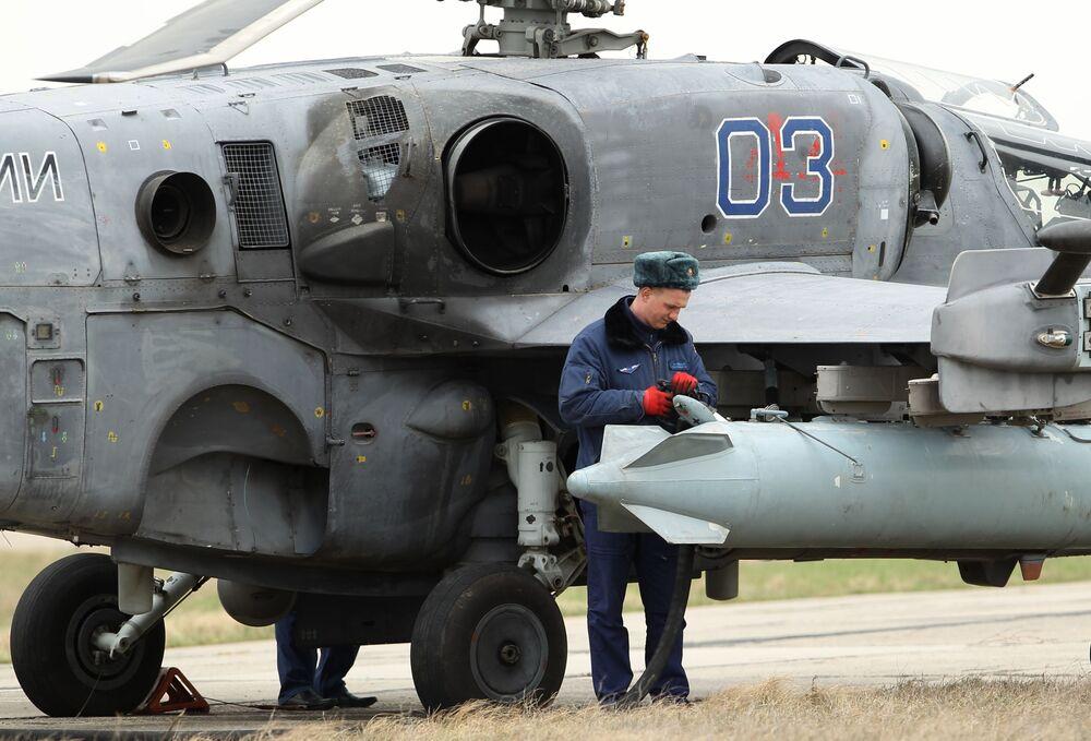 Helicóptero Ka-52 Aligator está sendo preparado para o voo