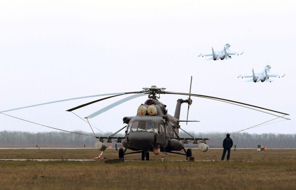 Helicóptero Mi-8AMTSh e caças Su-27 durante o concurso Aviadarts 2018