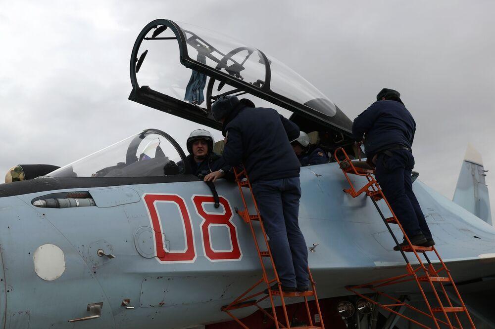Preparação do caça Su-30 antes do voo