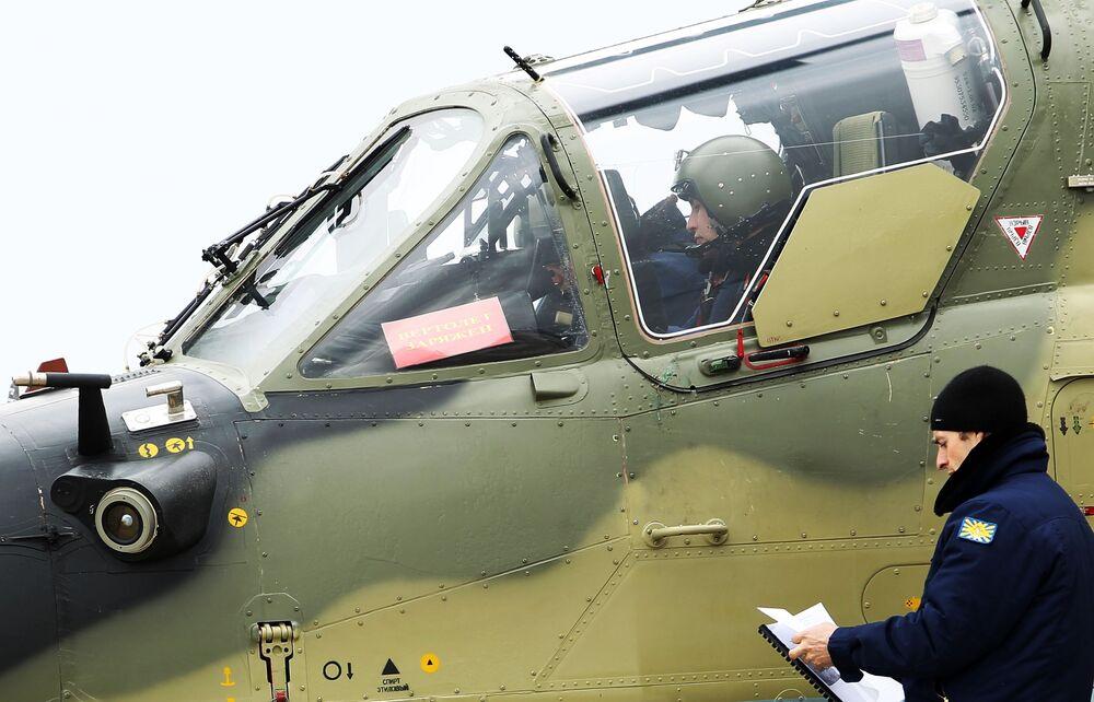 Piloto de helicóptero Ka-52 Alligator antes de decolar