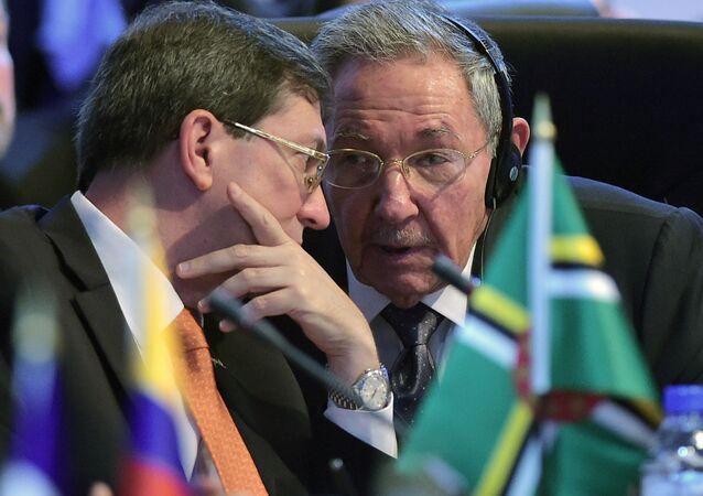 Presidente de Cuba, Raul Castro (à esquerda) e o Ministro das Relações Exteriores de Cuba, Bruno Rodriguez Parrilla (à direita).
