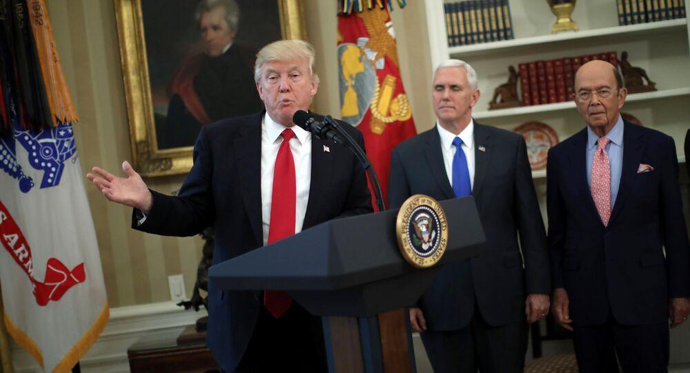 Donald Trump fala durante cerimônia de assinatura de ordens executicas dobre comércio, acompanhado pelo vice-presidente Mike pence e secretário de Comércio dos EUA, Wilbur Ross.