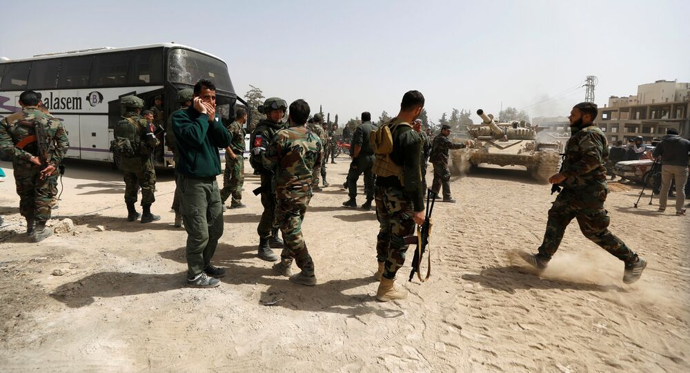 Soldados do exército sírio na entrada para Harasta, Síria