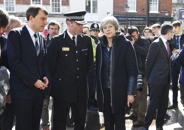 Primeira-ministra britânica, Tehresa May, no local onde Sergei Skripal e sua filha foram encontrados inconscientes