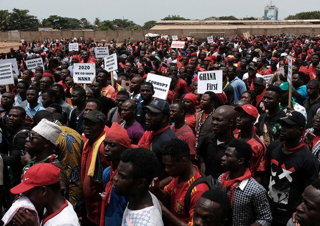 Pessoas marcham em Gana contra acordo militar com os EUA
