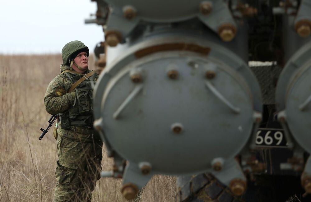 Militar russo junto ao sistema de mísseis costeiros Bal durante os treinamentos das tripulações das Tropas de Mísseis e Artilharia russas no polígono Zhelezny Rog, na região de Krasnodar