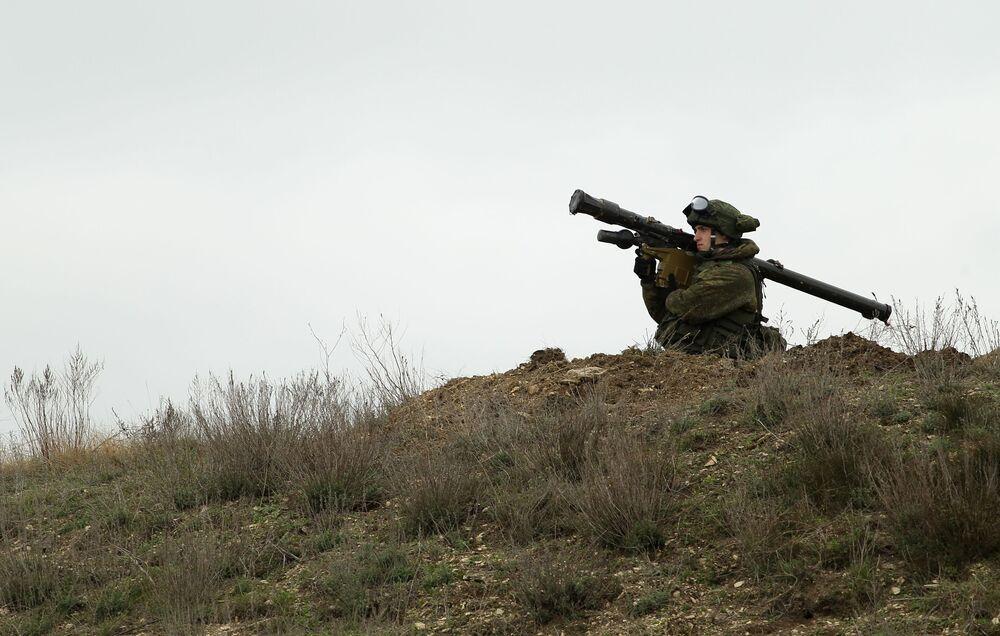 Militar russo segura um sistema de mísseis portátil Igla durante os treinamentos das tripulações das Tropas de Mísseis e Artilharia russas no polígono Zhelezny Rog, na região de Krasnodar