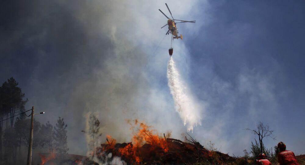 Um Kamov apaga incêndio em Alvaizere, no centro de Portugal, em 3 de setembro de 2012