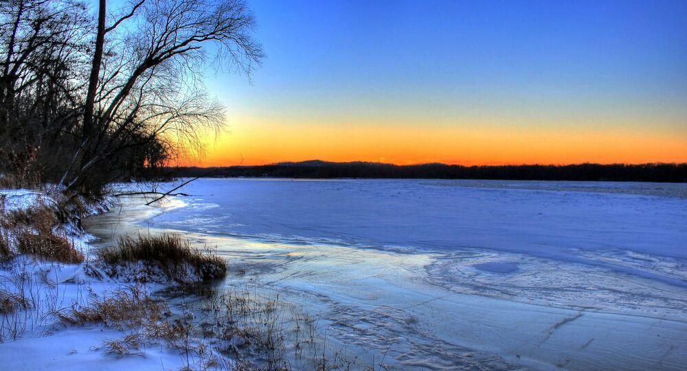 Rio coberto de gelo (imagem ilustrativa)