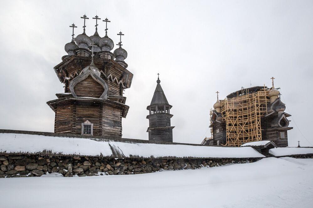 Igreja de Intercessão de Santa Maria, torre sineira e a Igreja de Transfiguração de Salvador, na ilha de Kizhi, na república da Carélia, Rússia