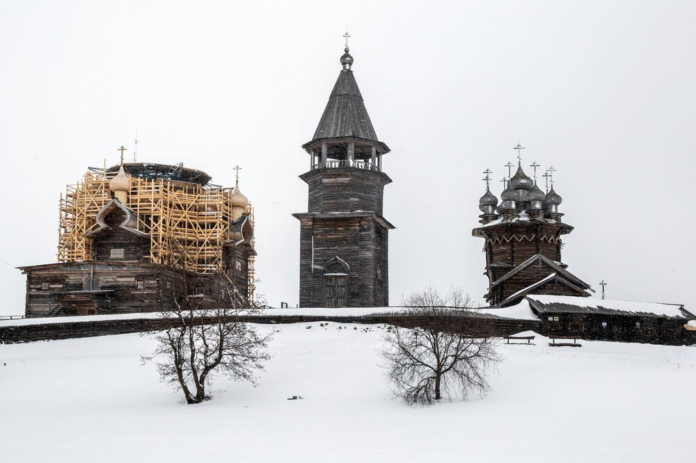 Vista invernal da arquitetura de madeira na ilha de Kizhi, na república da Carélia, Rússia
