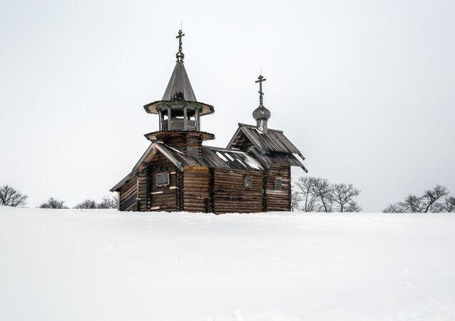 Capela de São Miguel Arcanjo com iconóstase de dois níveis, na ilha de Kizhi, na república da Carélia, Rússia