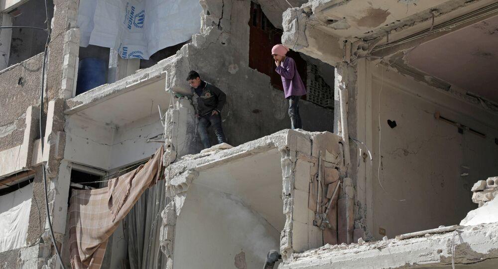 Crianças sírias em prédio destruído em Douma, Ghouta Oriental, Síria